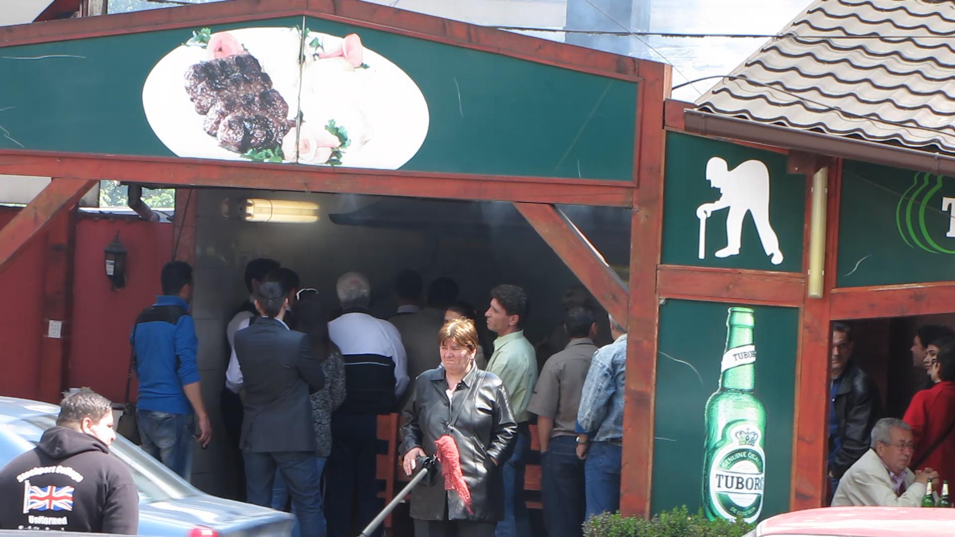 Intrarea in restaurant era prea mica pentru cate persoane erau la coada