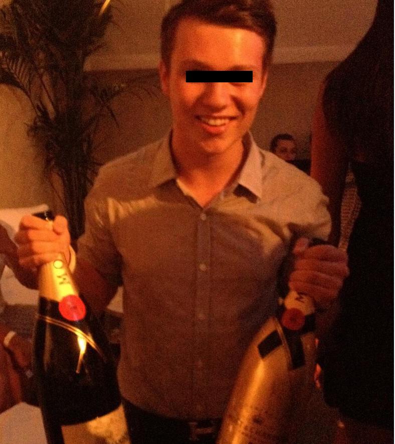Desi locuieste mai mult in strainatate, Alex prefera petrecerile din Romania