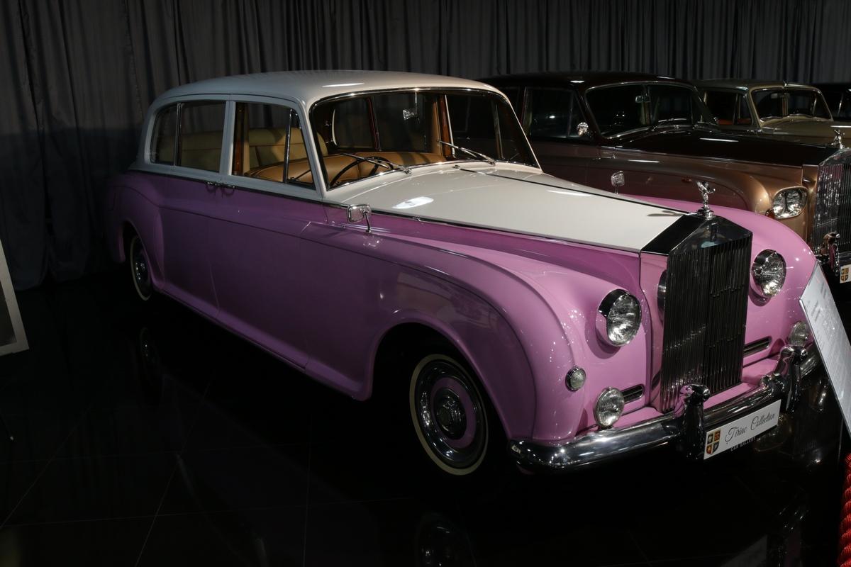 Omul de afaceri detine si un superb Rolls Royce, care a fost al lui Sir Elton John