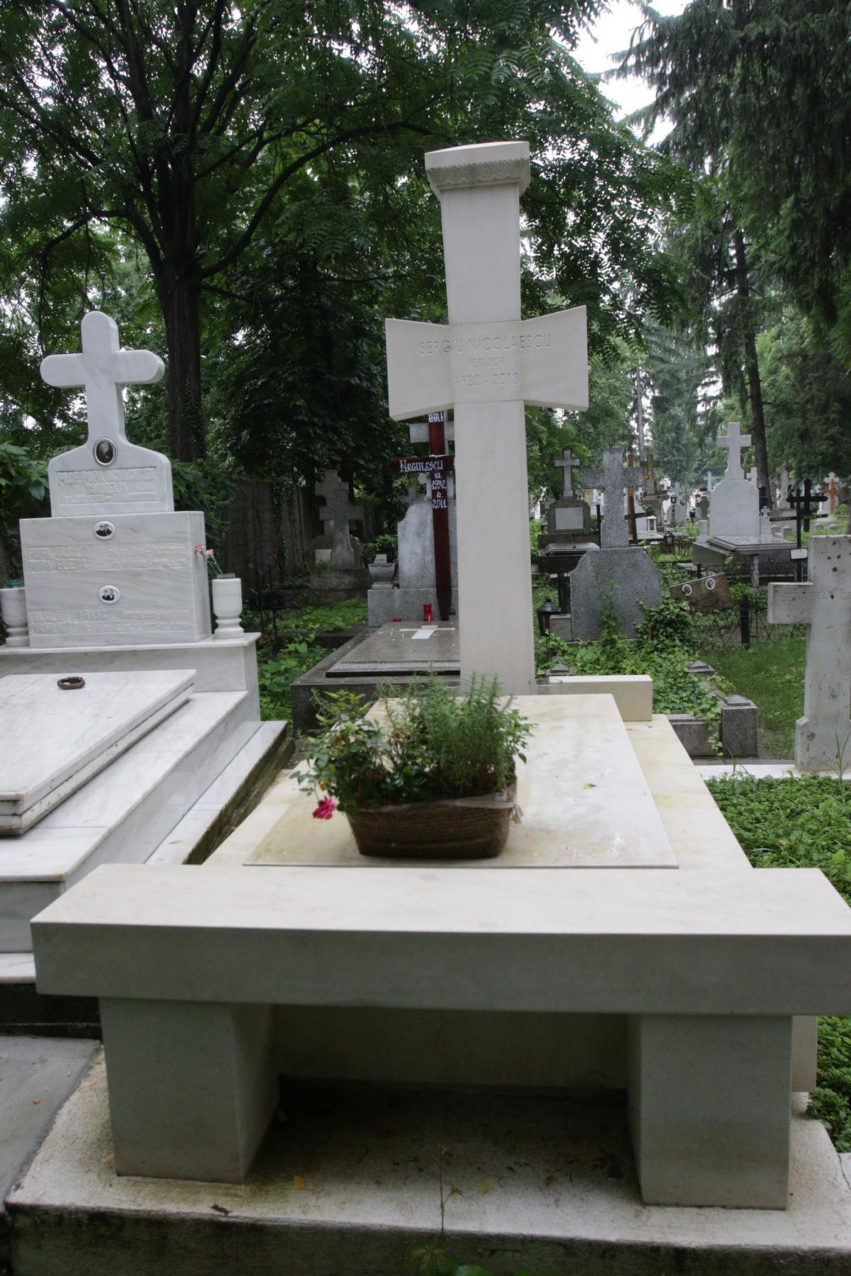 De ceva vreme nimeni nu a mai aprins o lumanare la mormantul marelui maestru Sergiu Nicolaescu