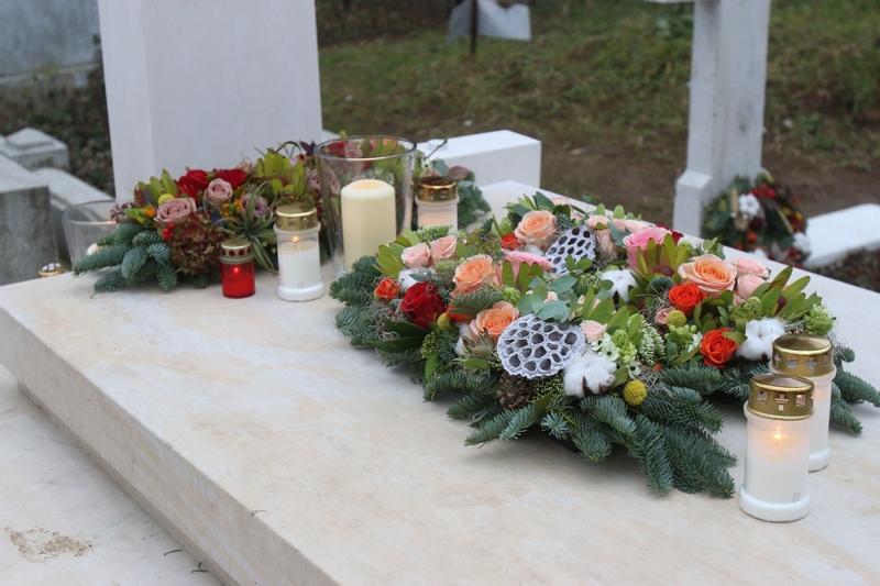 De fiecare data cand venea, sotia regretatului cineast avea grija sa aduca flori si sa aprinda lumanari la capatiul artistului