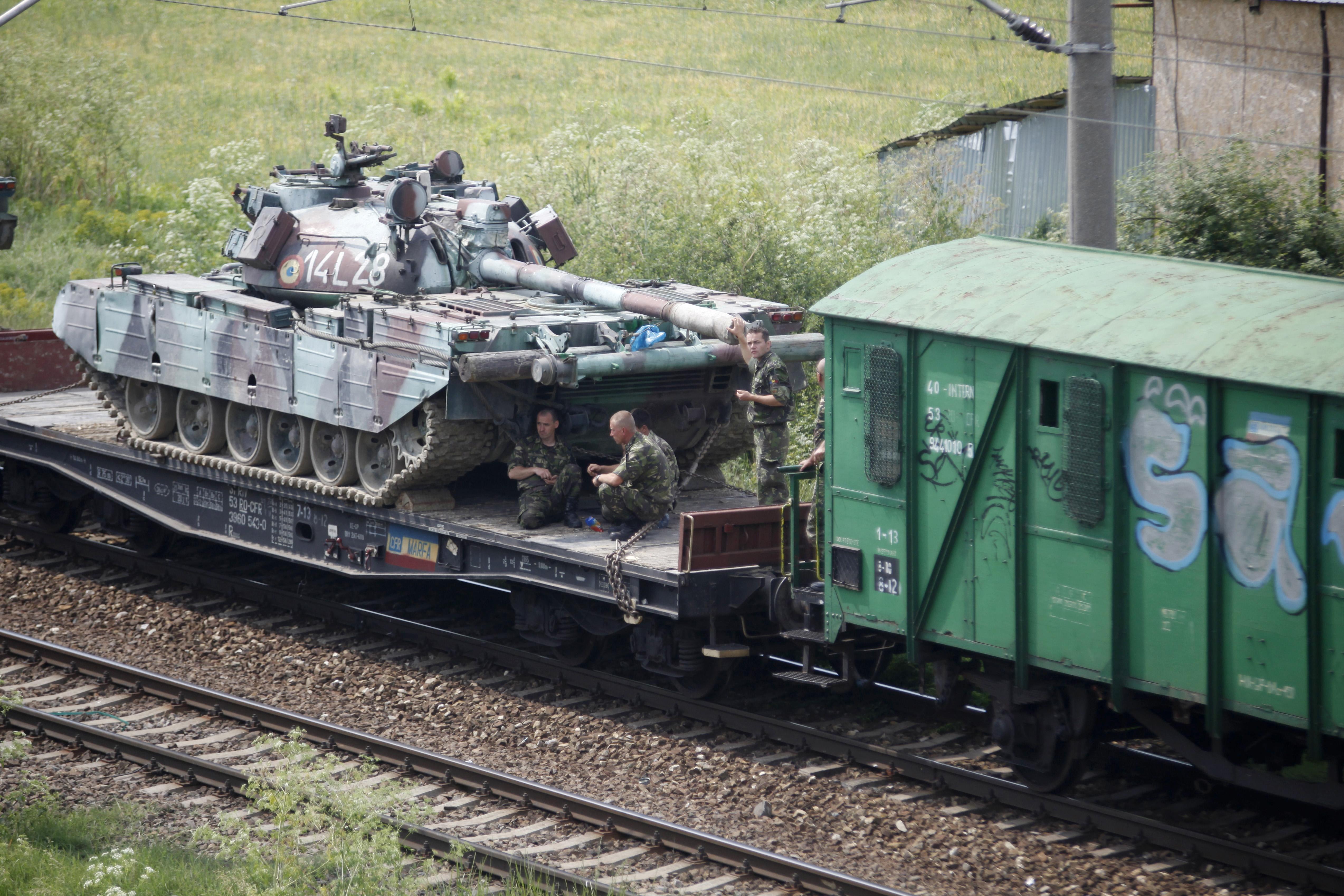 Soldatii au supravegheat indeaproape transportul tancurilor pe calea ferata (sursa foto: Mediafax)
