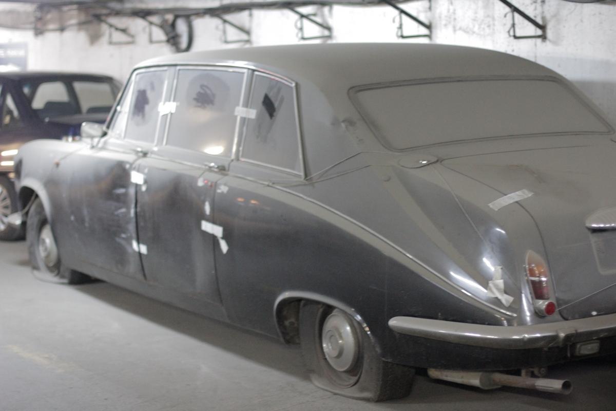 Masina zace de zei de ani in parcarea de la Intercontinental, fiind pasata de la proprietar la proprietar