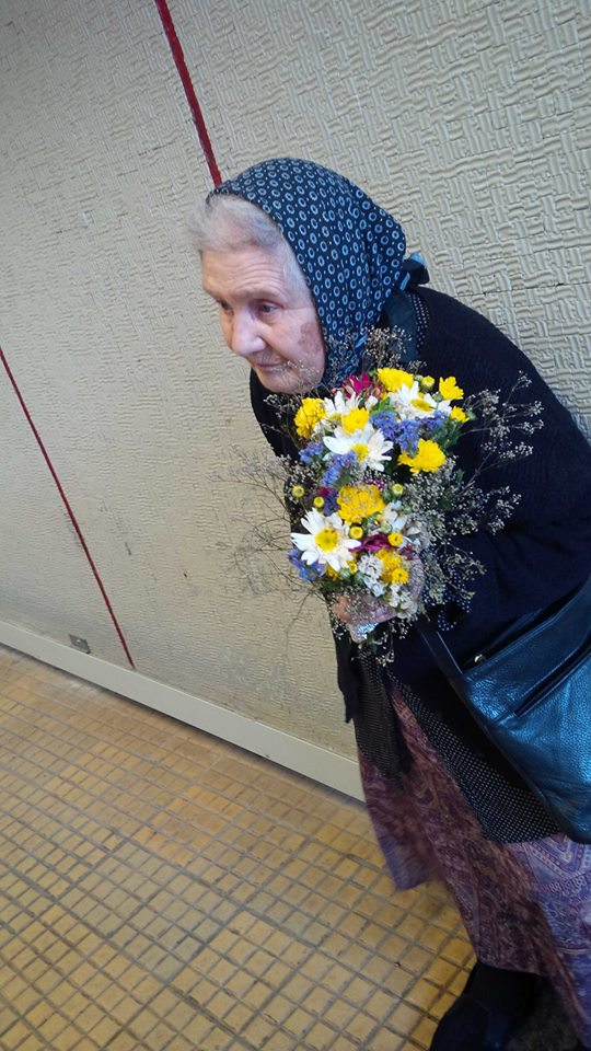 Pensionara vine in fiecare miercuri si joi sa vanda flori in pasajul de metrou de la Victoriei