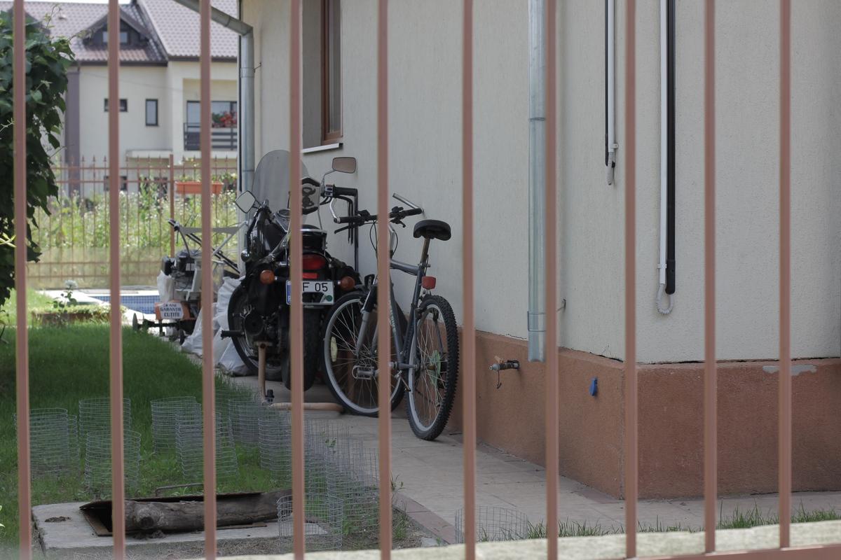 Motocicleta lui Adrian iovan este in continuare ascunsa dupa un perete al vilei din Otopeni