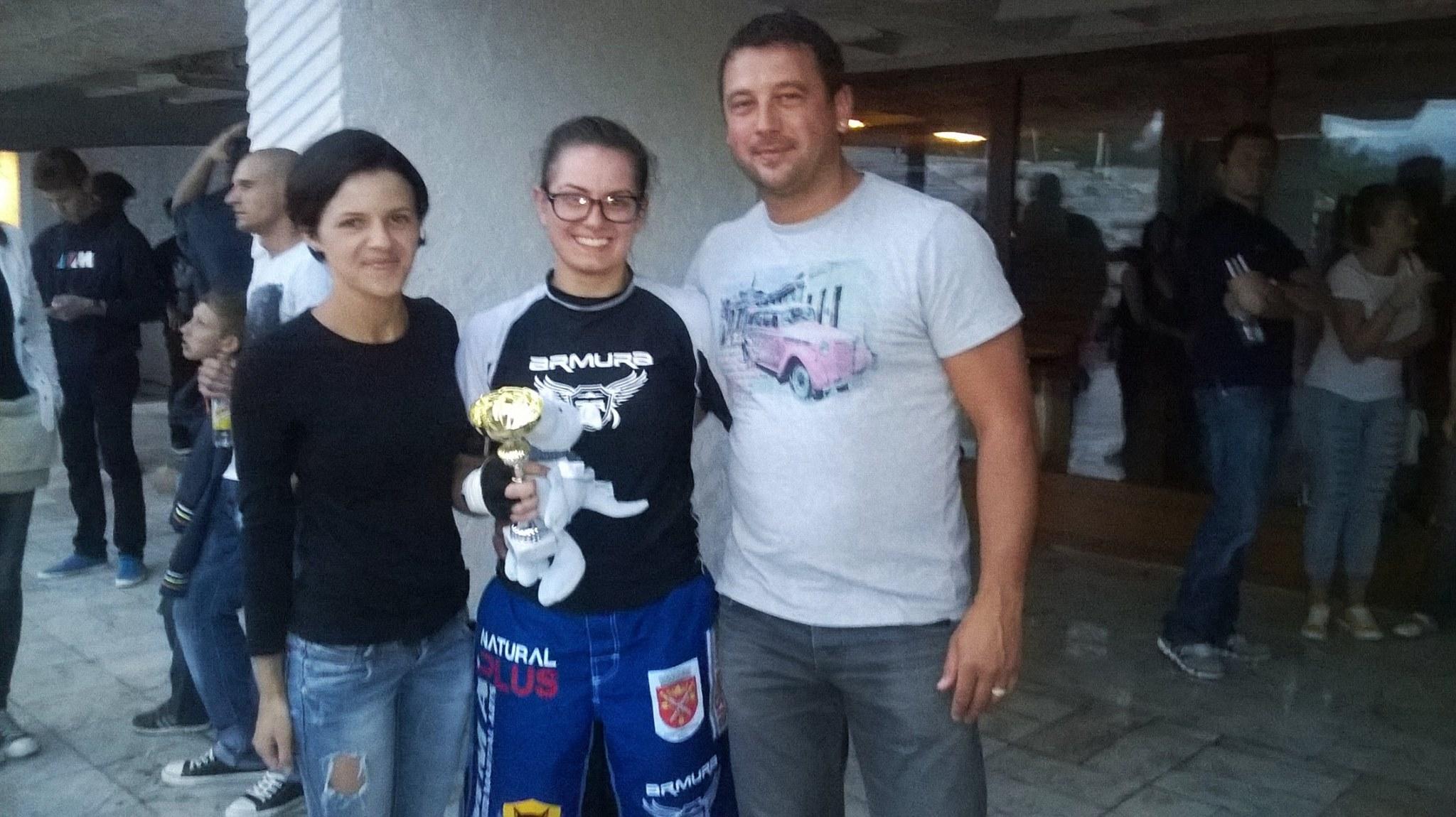 Alice alaturi de sponsorii ei, Daniel si Cosmina Micu