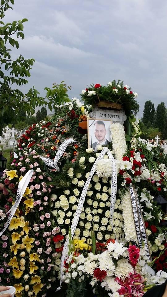 Prietenii si familia au adus circa o suta de coroane de flori la mormantul lui Marian Mezdrea