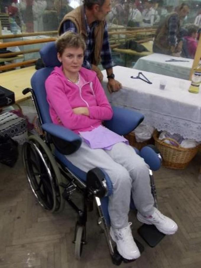 Cantareata a ajuns in scaunul cu rotile dupa un teribil accident auto