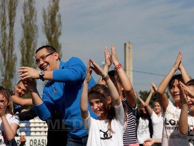 Premierul Ponta se simte foarte bine printre copii sursa: Mediafax