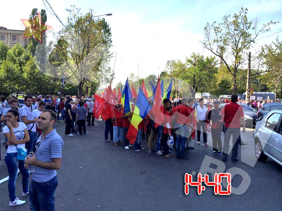 Strazile din jurul Stadionului National sunt pline de drapeluri, fluturate de tinerii care il sustin pe Victor Ponta
