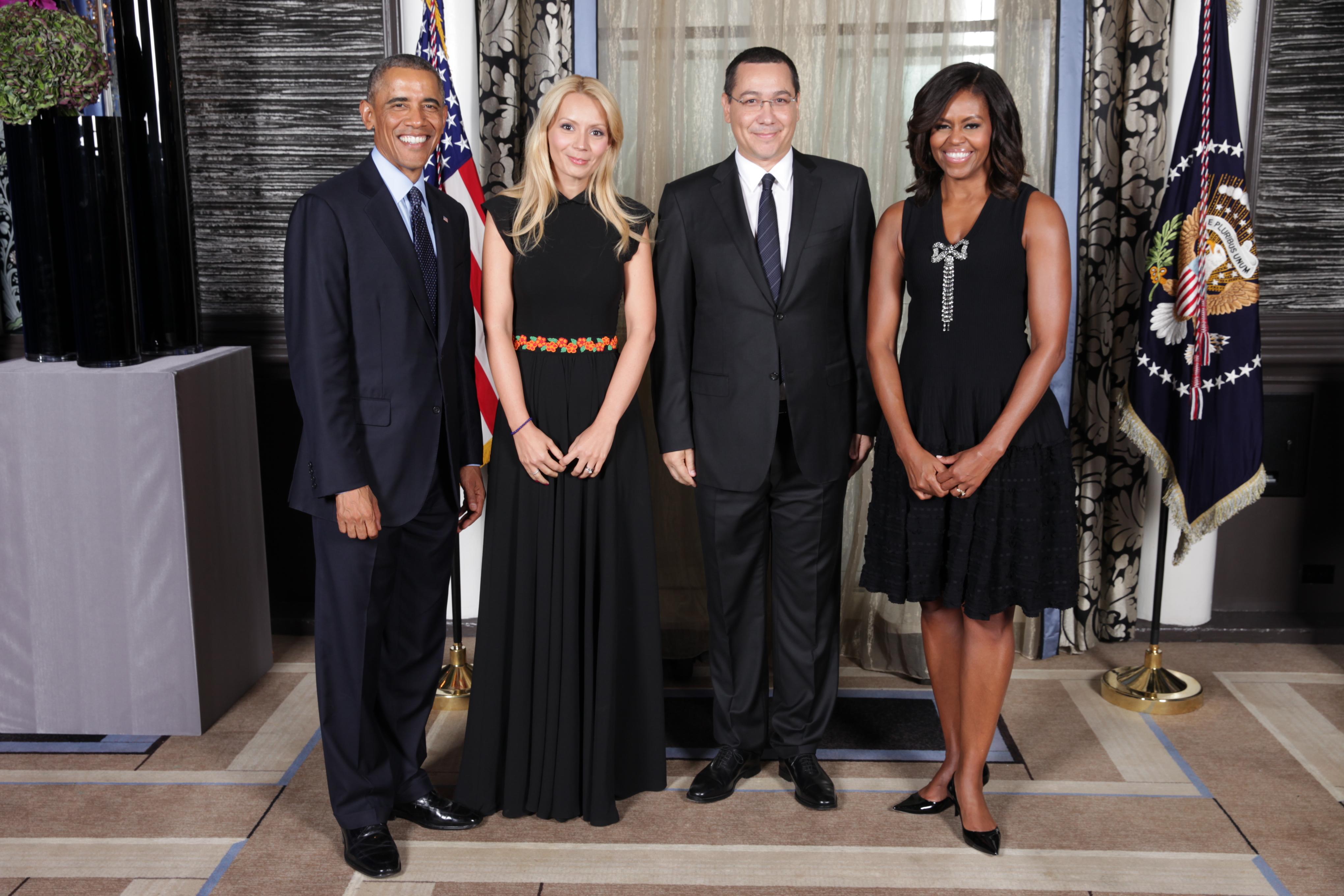 Victor Ponta s-a fotografiat alaturi de frumoasa lui sotie, Presedintele SUA si sotia acestuia