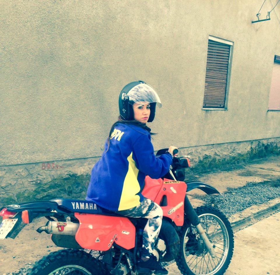 Andreea nu s-a sfiit sa se urce pe o motocicleta