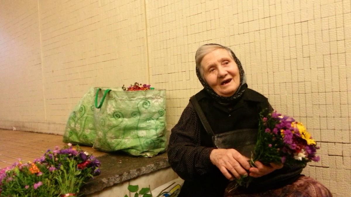 Fosta profesoara se gandeste cu groaza ca vine iarna si nu isi mai poate vinde florile