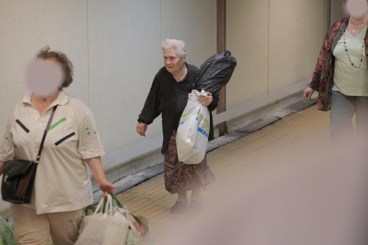Simpatica bunicuta a fost ajutata de o vecina, deoarece nu isi poate cara siungura toata sacosele cu flori