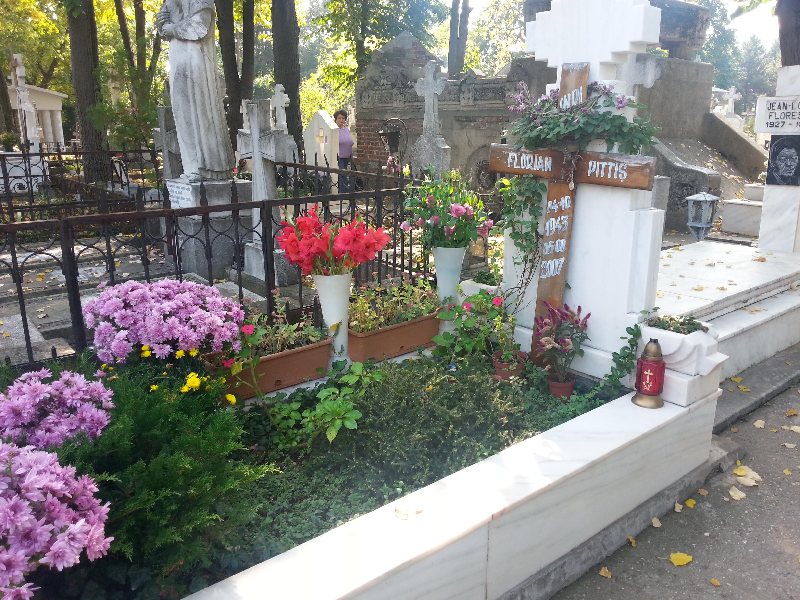 La capataiul artistului au venit mai multe persoane pentru a il comemora pe 4 octombrie, cand acesta ar fi implinit 71 de ani