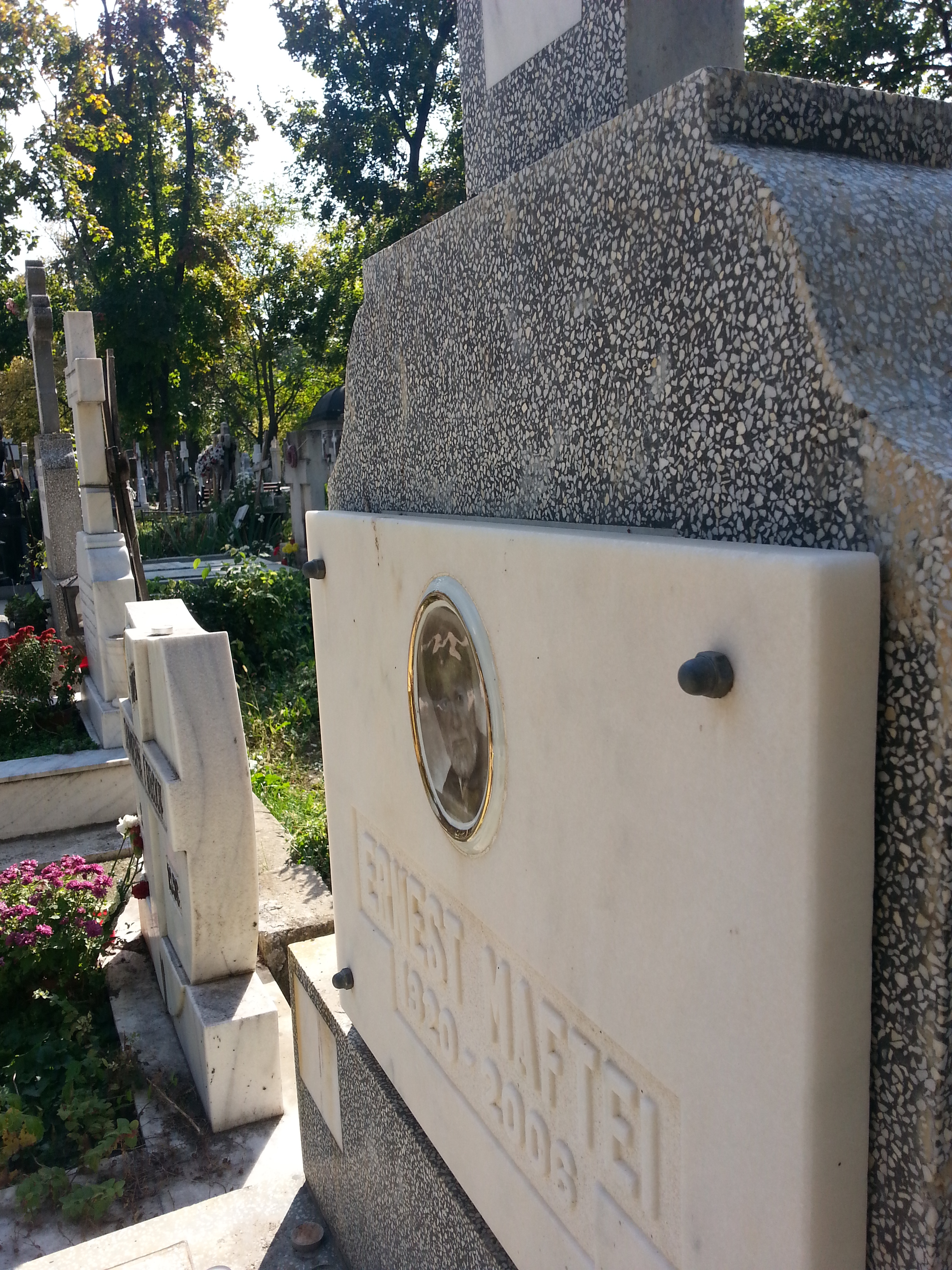 Rara mai apare cineva la monumentul funerar sa mai aprinda o lumanare