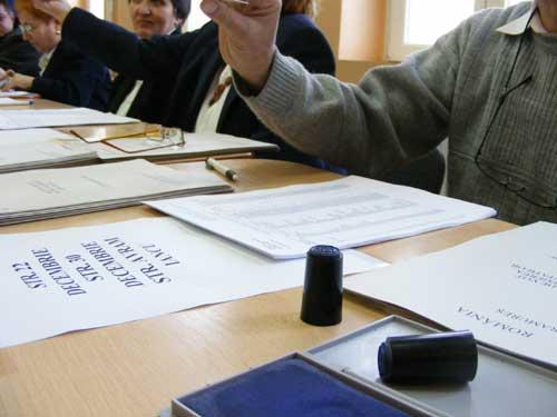 Presedintele unei sectii de votare din Groj este cercetat penal dupa ce a pierdut stampila