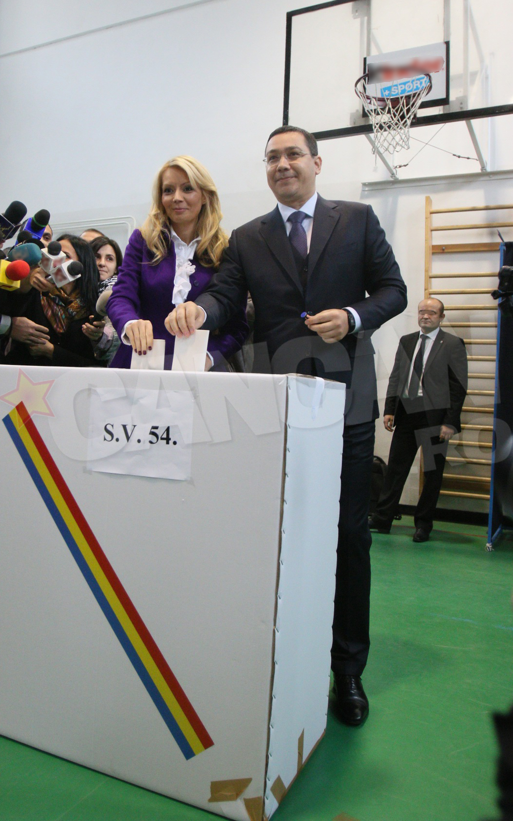 Victor Ponta si Daciana Sarbu au fost eleganti in nuante de mov