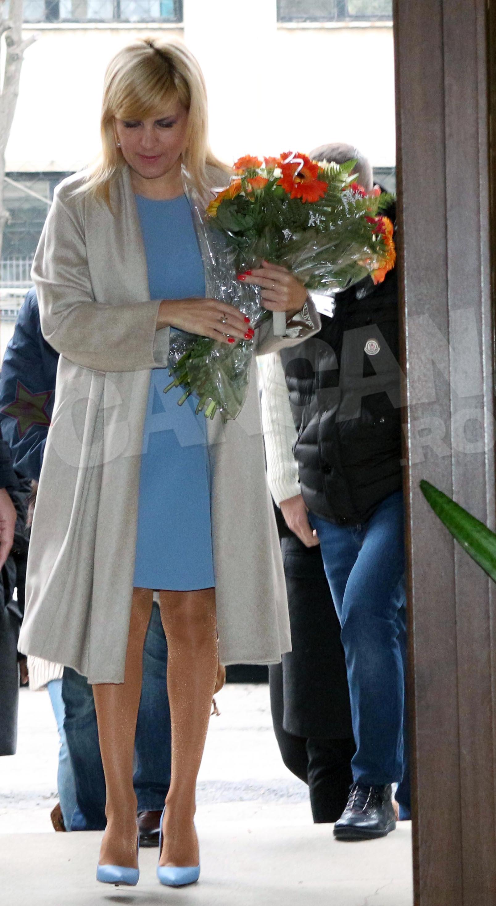 Elena Udrea a ales pentru ziua alegerilor o rochie bleu, asortata cu un trenci gri perlat