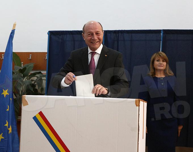Traian Basescu si sotia au optat pentru tinute elegante