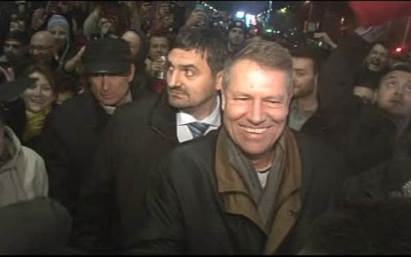 In seara alegerilor, Iohannis a facut o prima baie de multime in Piata Universitatii