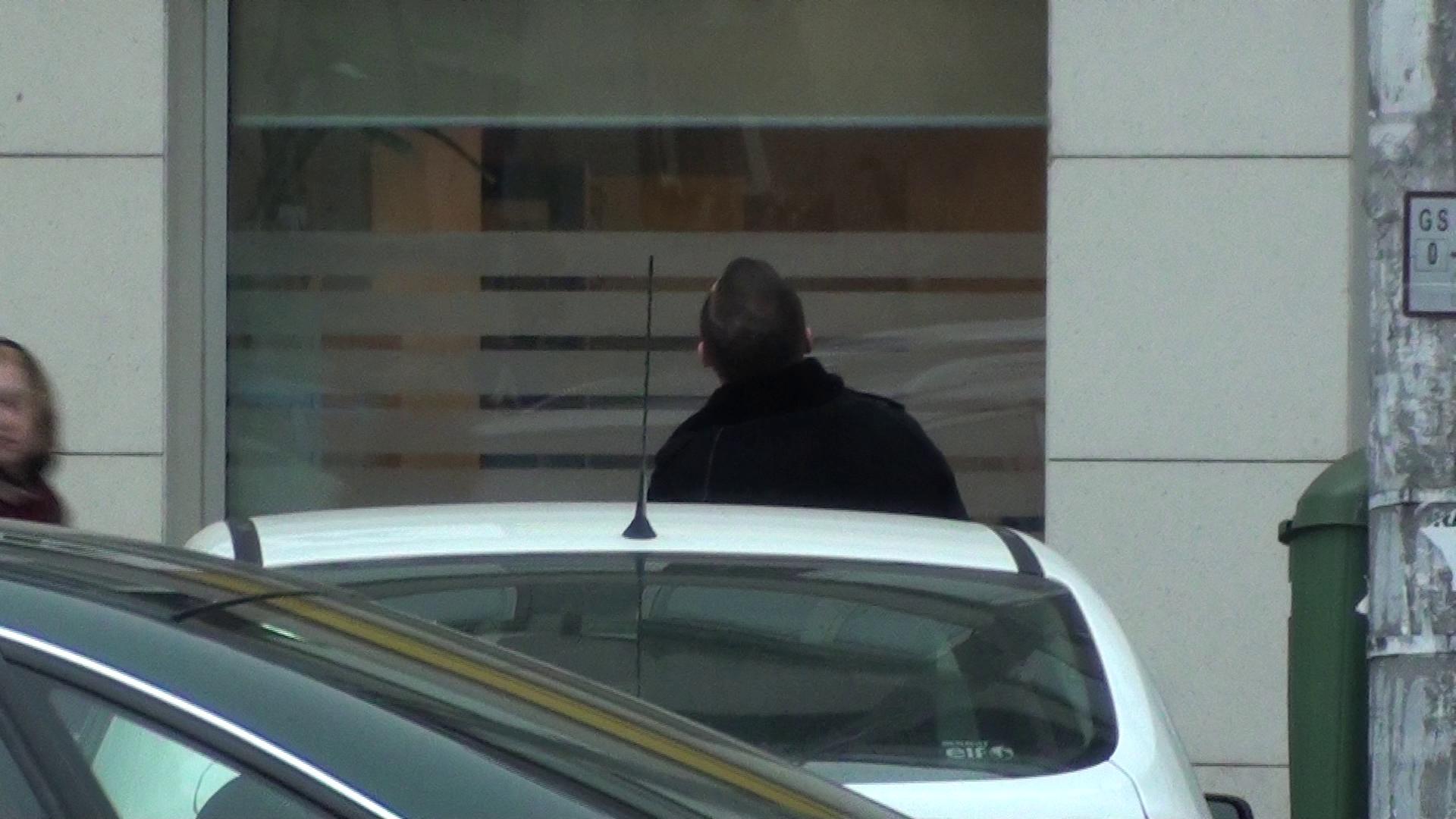 Vasile Geambazii poarta o conversatie cu o domnisoara la balcon