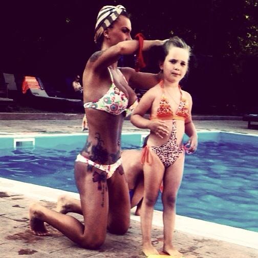 Mihaela la piscina alaturi de fiica sa