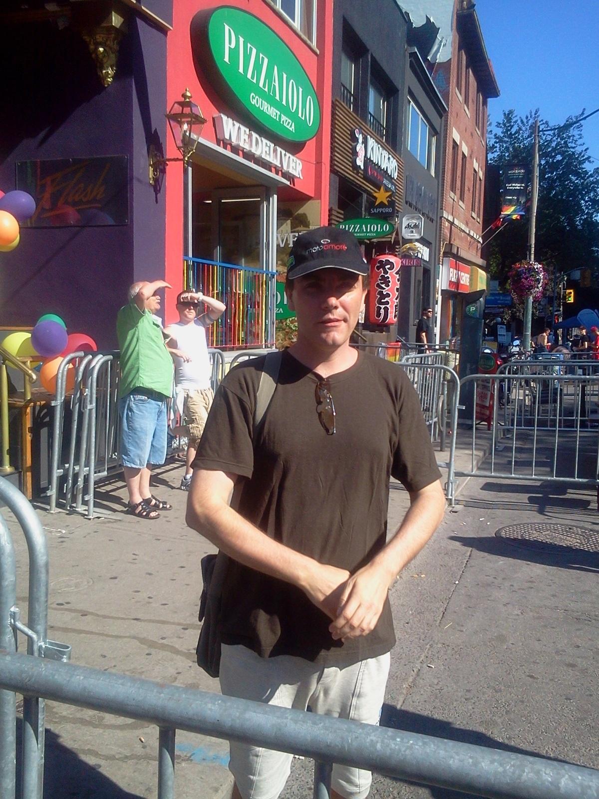 Actorulsi-a lasat sotia in Romania si a plecat in Canada sa se faca actor de filme XXX