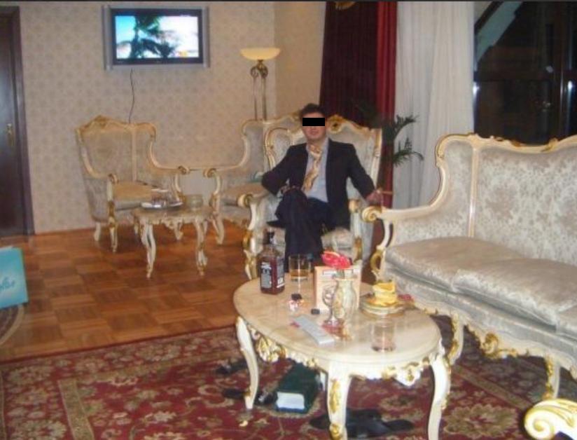 Barbatul si-a mobilat casa intr-un stil pompos