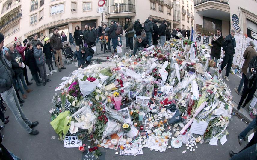 Mii de oameni au arpins lumanari in memoria caricaturistilor omorati