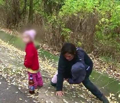 O mama inconstienta, din Vaslui, s-a prabusit peste copii, intr-un sant