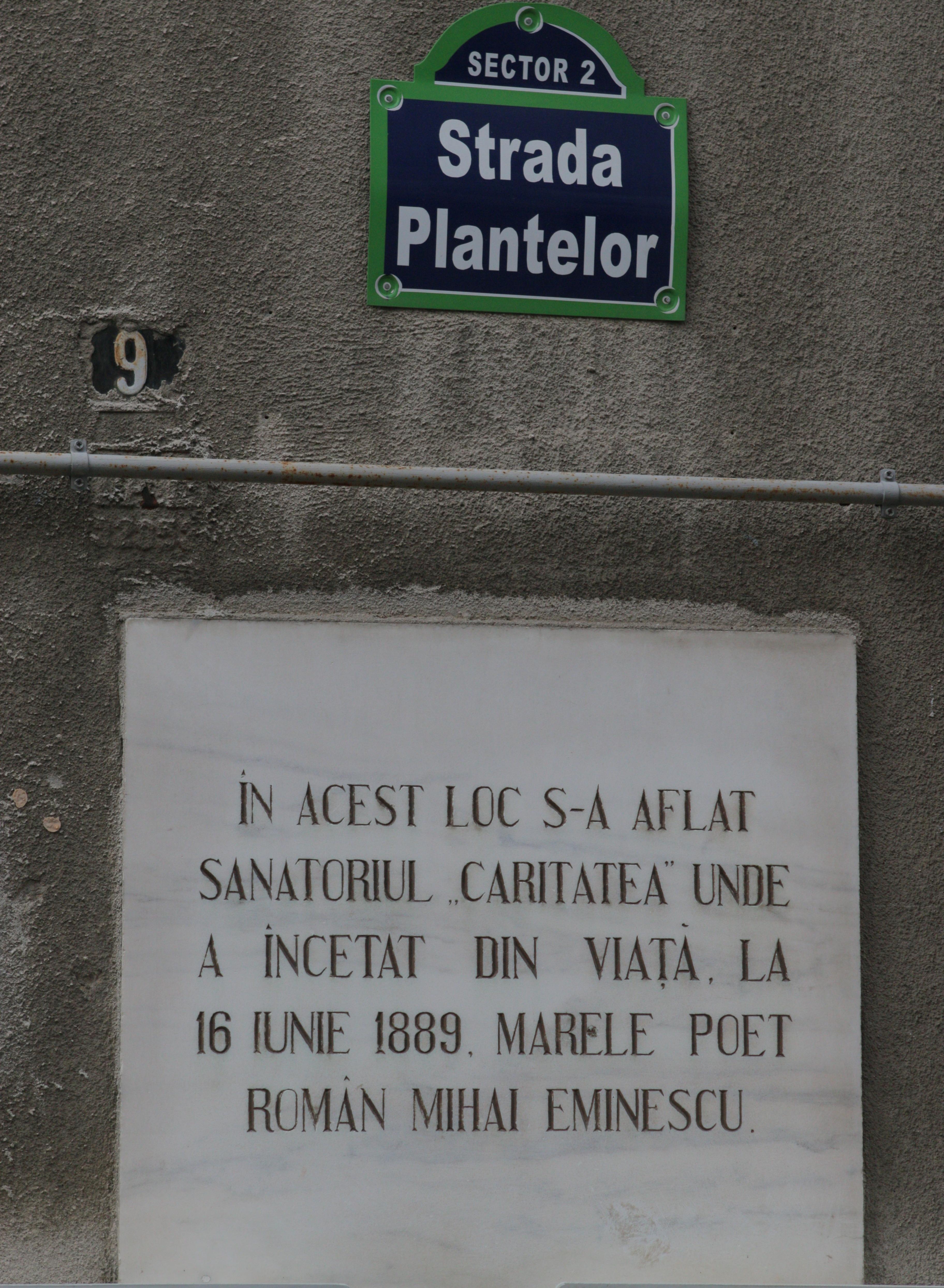 Placa memoriala aduce aminte trecatorilor ca aici a murit marele poet Mihai Eminescu