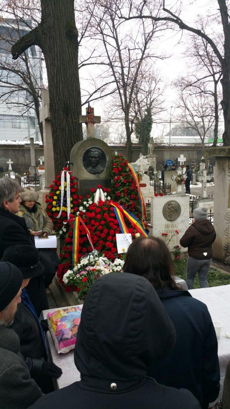 Zeci de oameni au venit joi dimineata la mormantul marelui poet Mihai Eminescu