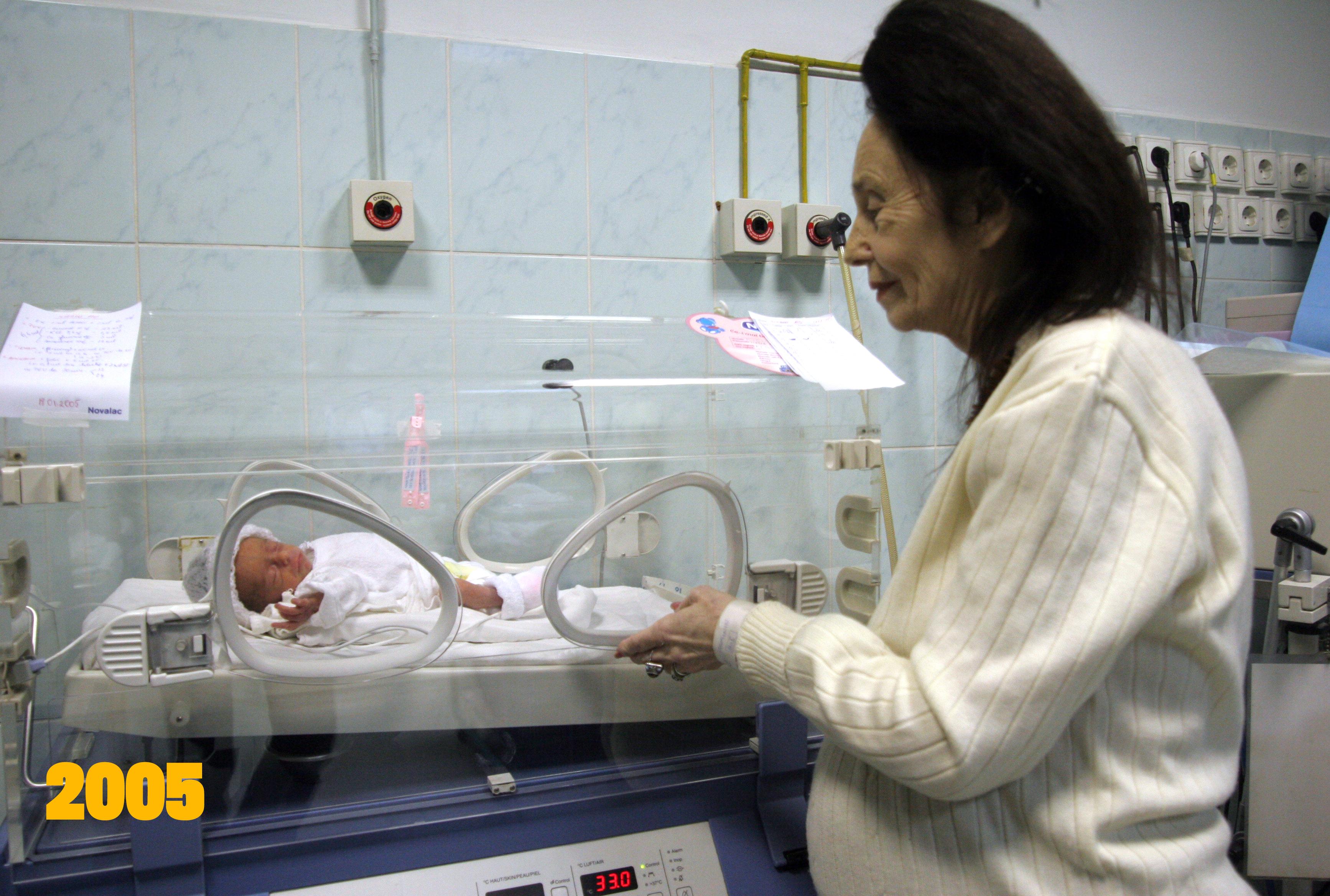 Adriana Iliescu si fiica ei la doar cateva zile de la nastere