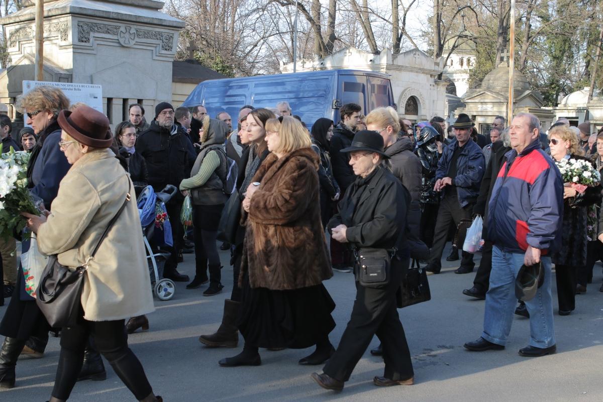 Vali Stefanescu, sotia actorului (nr in haina de blana maro) s-a chinuit sa ramana tare dupa pierderea suferita