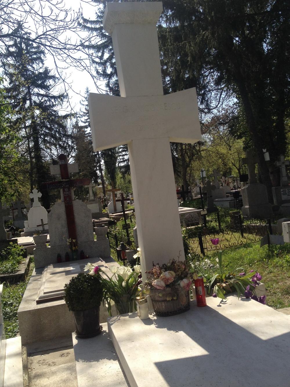 La mormantul regizorului Sergiu Nicolaescu au aparut cateva ghivece de flori