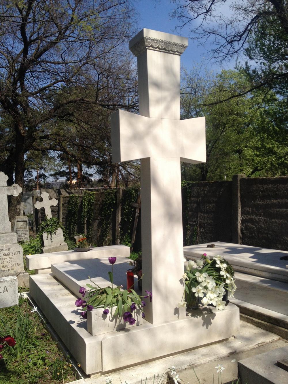 Monumentul funerar al artistului a costat aproximativ 10.000 de euro