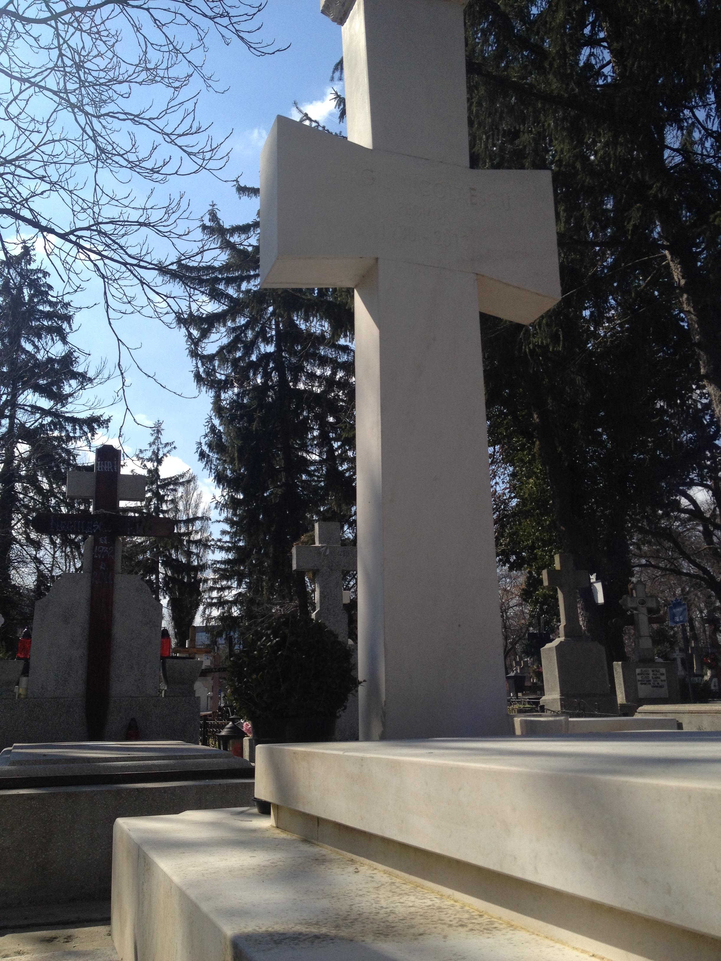 Zilele trecute nu era nicio urma de lumanare la monumentul funerar al marelui regizor