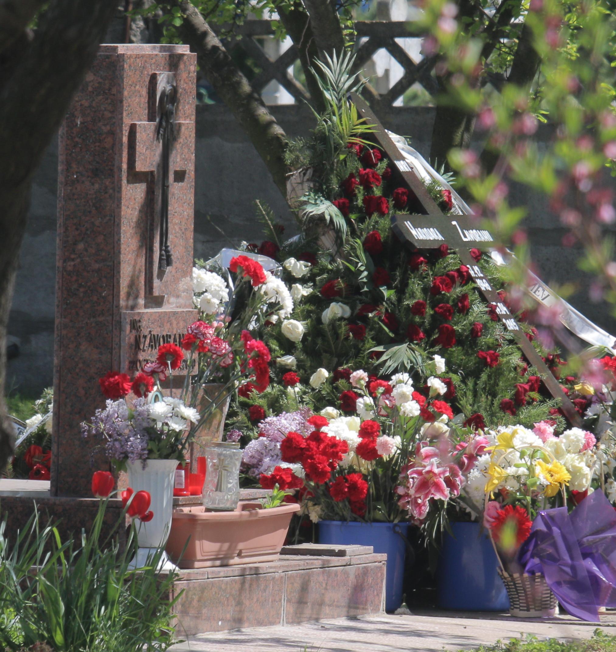 Crucea Marioarei Zavoranu sta rezemata pe o coroana de trandafiri rosii