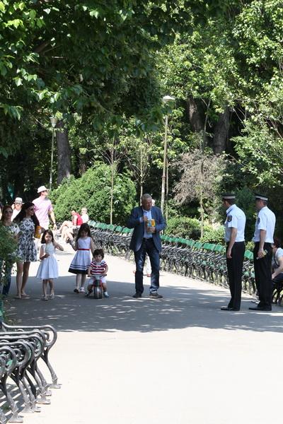 Sorin Oprescu s-a plimbat in Cismigiu alaturi de nora sa Ilinca si cei trei nepoti