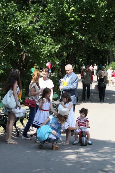 Edilul sef a renuntat la costumele sobre si a petrecut o zi alaturi de Matei (3 ani), Veronica (6 ani) si Smaranda (8 ani)