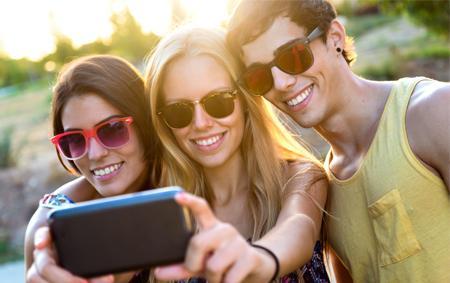 Adolescenţii sunt cei care încearcă să obţină aprobarea prietenilor şi îşi fac tot mai multe selfie-uri