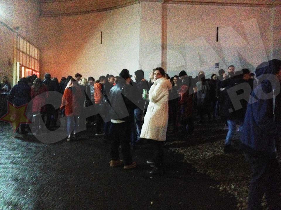 Nu e revoluţie! Sunt fumătorii care au luat o pauză de la concertul organizat sâmbătă la Arenele Romane!