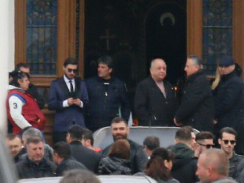 Unul dintre fiii lui Vasile Turcu a purtat ochelari de soare (stânga sus)