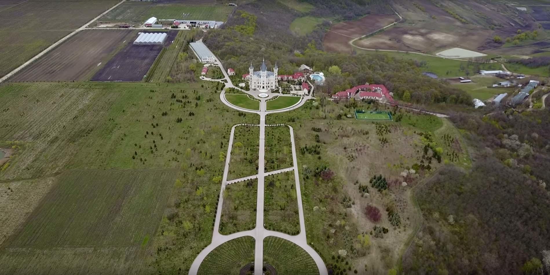Palatul din Moldova al lui Stati se află pe un domeniu impresionant, de mai multe hectare