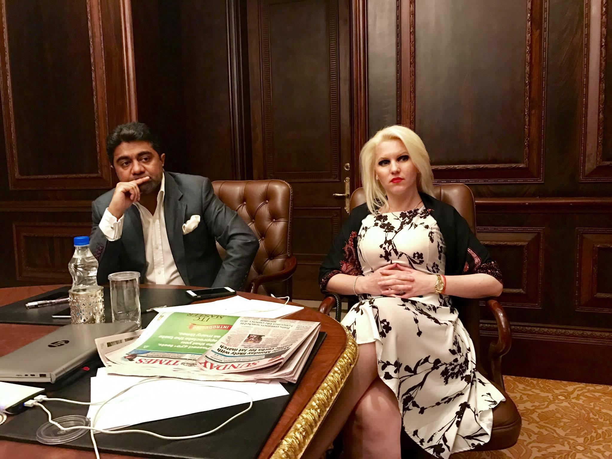 Cei doi au pus bazele unei companii care distribuie în toată lumea filmele de la Bollywood
