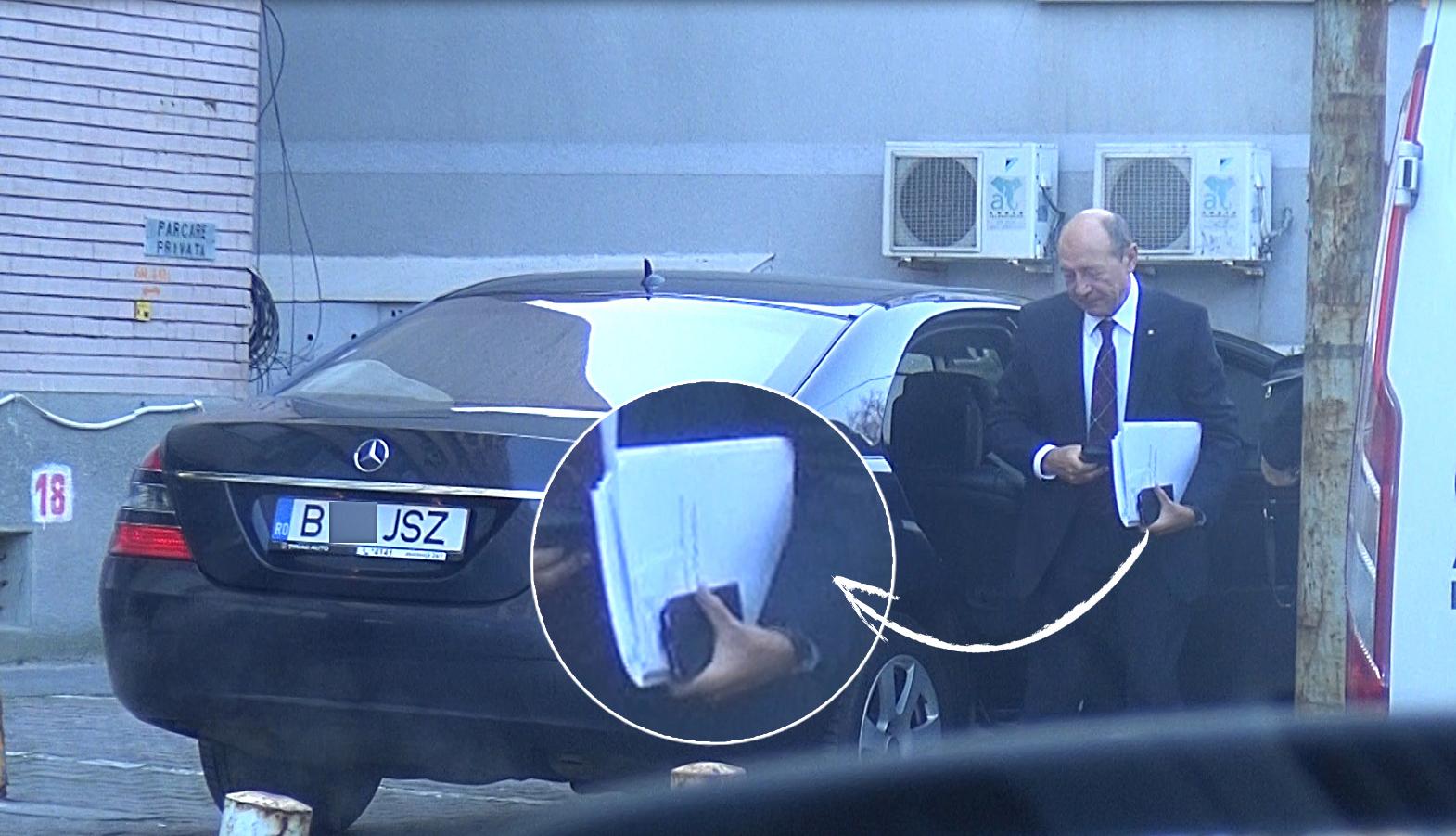 Traian Băsescu coboară din maşină cu un plic şi mai multe hârtii în mână