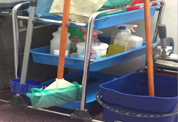 Curăţenie făcută cu mopuri neconforme la Spitalul Fundeni, de către o firmă favorizată