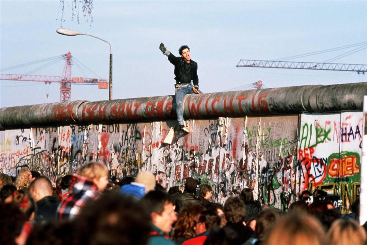 Un simbol istoric pe cale de dispariţie! Zidul Berlinului se află sub ameninţarea demolării!