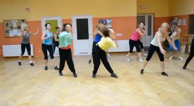 In Polonia Femeile Fac Zumba Pe Muzica De Petrecere Romaneasca Un